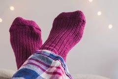 Os pés acima em peúgas cor-de-rosa cruzaram-se sobre se Imagens de Stock Royalty Free