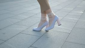Os pés andam o branco à moda dos pés da mulher da forma urbana filme