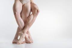 Os pés atléticos dos dançarinos posicionados no branco coloriram a sala fotografia de stock royalty free