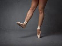 Os pés da bailarina fecham-se acima imagem de stock royalty free