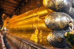 Os pés da Buda de reclinação em Wat Pho Fotografia de Stock Royalty Free