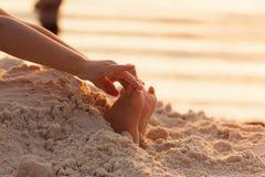 Os pés da criança da criança do close up na areia branca encalham Imagem de Stock Royalty Free