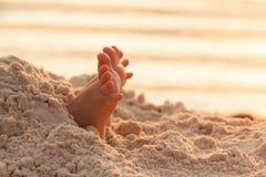 Os pés da criança da criança do close up na areia branca encalham Foto de Stock Royalty Free
