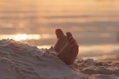 Os pés da criança da criança do close up na areia branca encalham Fotos de Stock Royalty Free
