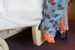 Os pés da criança na cama de hospital fotografia de stock royalty free