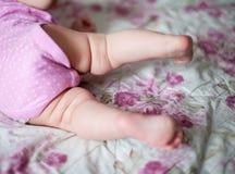 Os pés da menina quando aprender rastejar imagem de stock royalty free