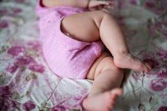 Os pés da menina quando aprender rastejar fotos de stock