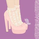 Os pés da mulher em sapatas cor-de-rosa Foto de Stock Royalty Free