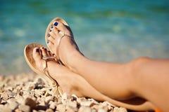 Os pés da mulher na praia no verão Fotos de Stock Royalty Free
