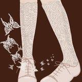 Os pés da mulher nos shoues com butterflys ilustração stock