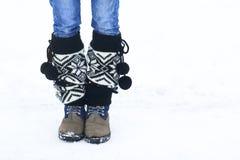 Os pés da mulher que andam no inverno estacionam com área de espaço da cópia para a Foto de Stock
