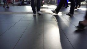 Os pés da multidão anônima, pessoa vão corrida na pressa, fim acima, conceito filme