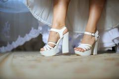 Os pés da noiva imagens de stock