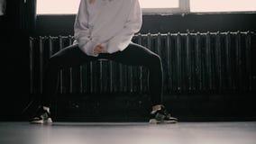 Os pés dançam o hip-hop no estúdio video estoque