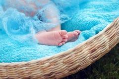 Os pés das crianças cobertos com uma cobertura Fotos de Stock Royalty Free