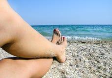 Os pés das mulheres fotografia de stock royalty free