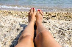 Os pés das mulheres fotografia de stock