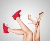 Os pés das mulheres com as sapatas ocasionais e clássicas do projeto Foto de Stock