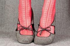 Os pés das mulheres com sapatas retros Fotografia de Stock Royalty Free