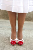 Os pés das mulheres com sapatas retros Imagens de Stock Royalty Free