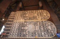 Os pés de buddha de reclinação em Wat Pho imagem de stock royalty free