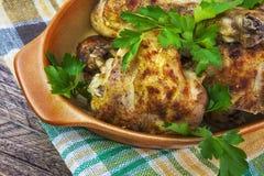 Os pés de galinha cozidos embarcam o assado de madeira do alimento da carne da tabela grelhado fotos de stock