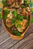 Os pés de galinha cozidos embarcam o assado de madeira do alimento da carne da tabela grelhado foto de stock royalty free