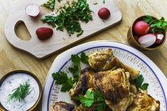 Os pés de galinha cozidos embarcam o assado de madeira do alimento da carne da tabela grelhado imagens de stock