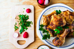 Os pés de galinha cozidos embarcam o assado de madeira do alimento da carne da tabela grelhado fotografia de stock royalty free