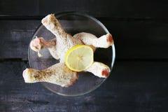 Os pés de galinha crus com fatia do limão prepararam-se cozinhando Foto de Stock Royalty Free