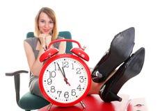 Os pés de relaxamento da mulher de negócios da parada de trabalho da mulher levantam a abundância do doc Fotografia de Stock