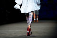 Os pés de um modelo nas 080 semanas de moda 2015 de Barcelona Foto de Stock Royalty Free