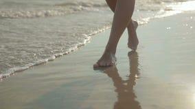 Os pés de uma moça que anda em um mar encalham filme