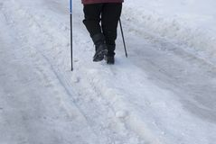 Os pés de uma mulher idosa contrataram no passeio escandinavo fotografia de stock