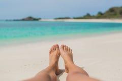 Os pés desencapados da mulher na praia Fotografia de Stock Royalty Free