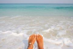 Os pés desencapados da mulher na praia Fotos de Stock Royalty Free