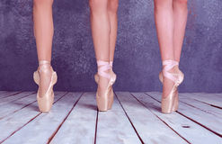 Os pés do bailarinas novas em sapatas do pointe fotografia de stock royalty free