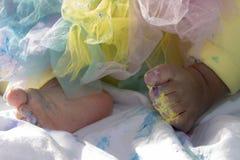 Os pés do bebê despedaçam o bolo Imagem de Stock Royalty Free