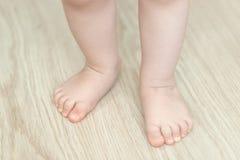 Os pés do bebê, primeira etapa, fim acima imagens de stock royalty free