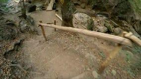 Os pés do ` s da menina de uma câmera da ação do turista vídeos de arquivo