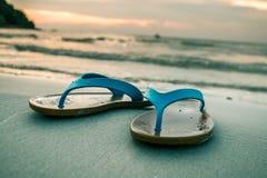 Os pés do ` s da mulher estão correndo para baixo ao mar Fotos de Stock Royalty Free