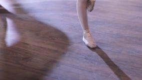 Os pés do ` s do dançarino de bailado praticam exercícios do ponto vídeos de arquivo