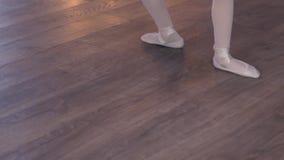 Os pés do ` s do dançarino de bailado praticam exercícios do ponto video estoque