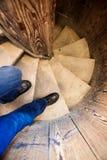 Os pés do ` s dos homens vão abaixo de uma escadaria de madeira Imagens de Stock