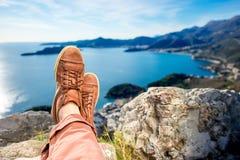Os pés dos homens na montanha fotos de stock