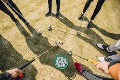Os pés dos povos que jogam o golfe Varas, gramado e bolas fotos de stock royalty free