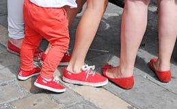 Os pés dos povos vestiram-se em vermelho e em branco em Pamplona imagem de stock royalty free