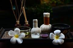 Os pés dos termas e a massagem tailandesa da mão comprimem as bolas, bola erval no de madeira com termas dos tratamentos, Fotografia de Stock Royalty Free