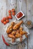 Os pés e as asas cozidos de galinha encontram-se na tabela Imagem de Stock