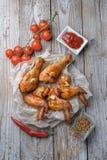 Os pés e as asas cozidos de galinha encontram-se na tabela Fotos de Stock